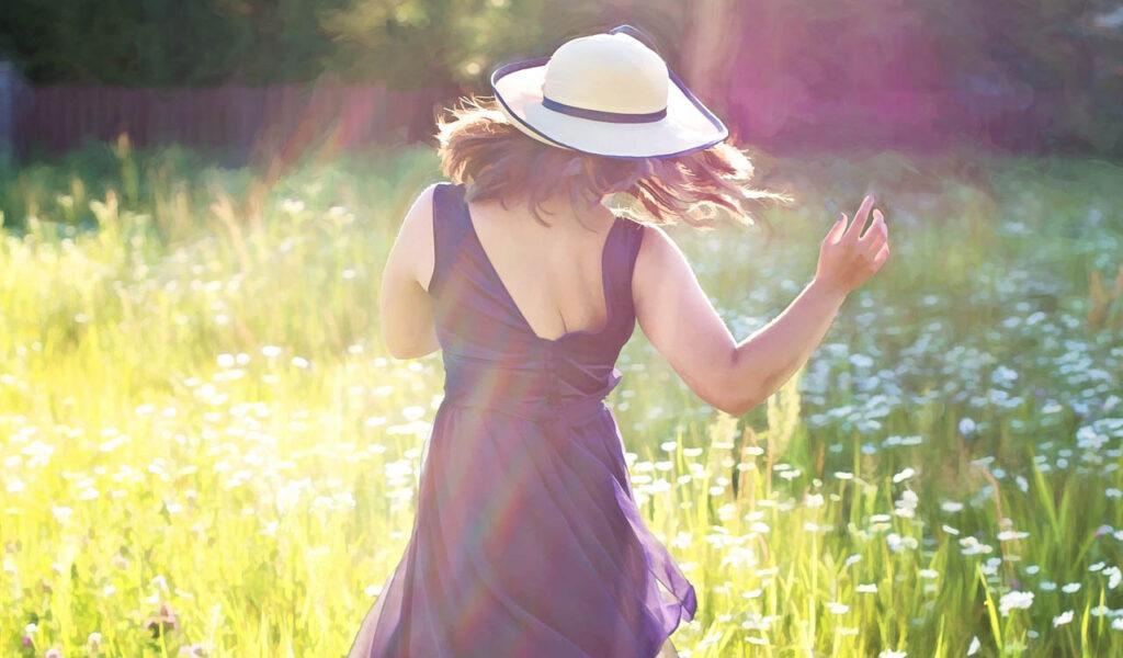 ルンルン気分で踊る女性